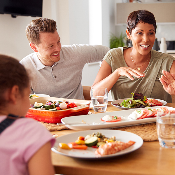 habitudes de vie : une famille tour d'une table rit