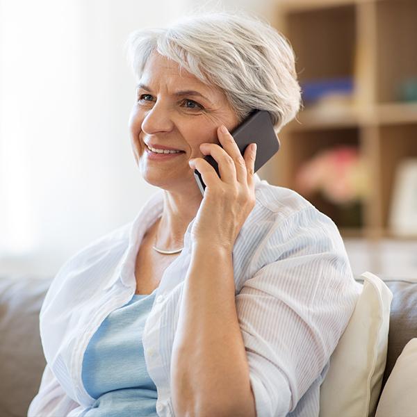Une femme au téléphone se renseigne sur le Centre Jean-Jacques-Gauthier
