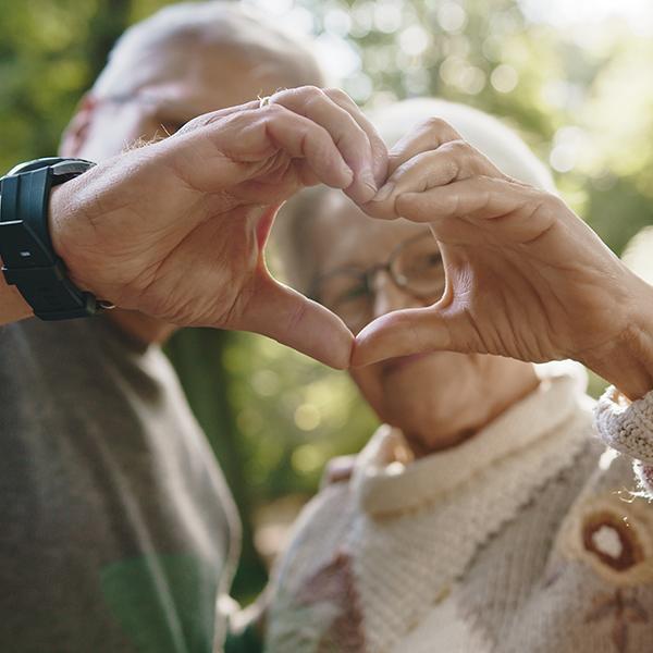 Santé cardiovaculaire : deux aînés font un coeur avec leur main