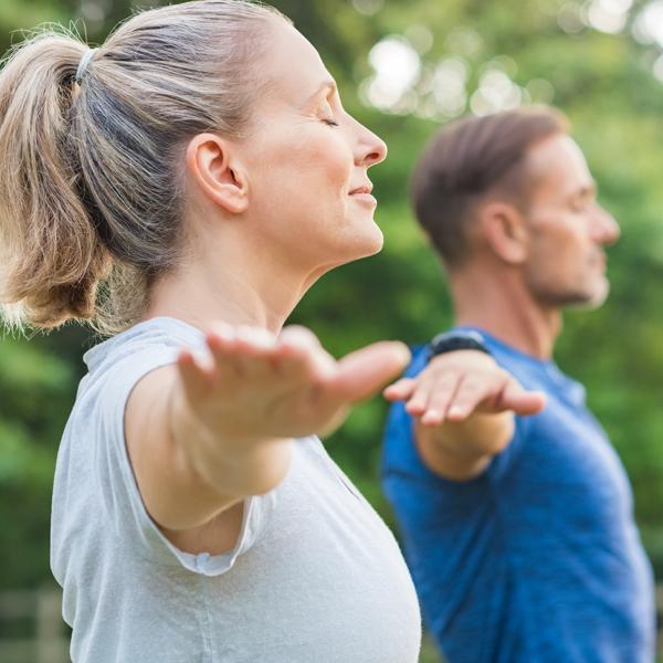 Santé respiratoire : des personnes dans un parc font des exercices de respiration